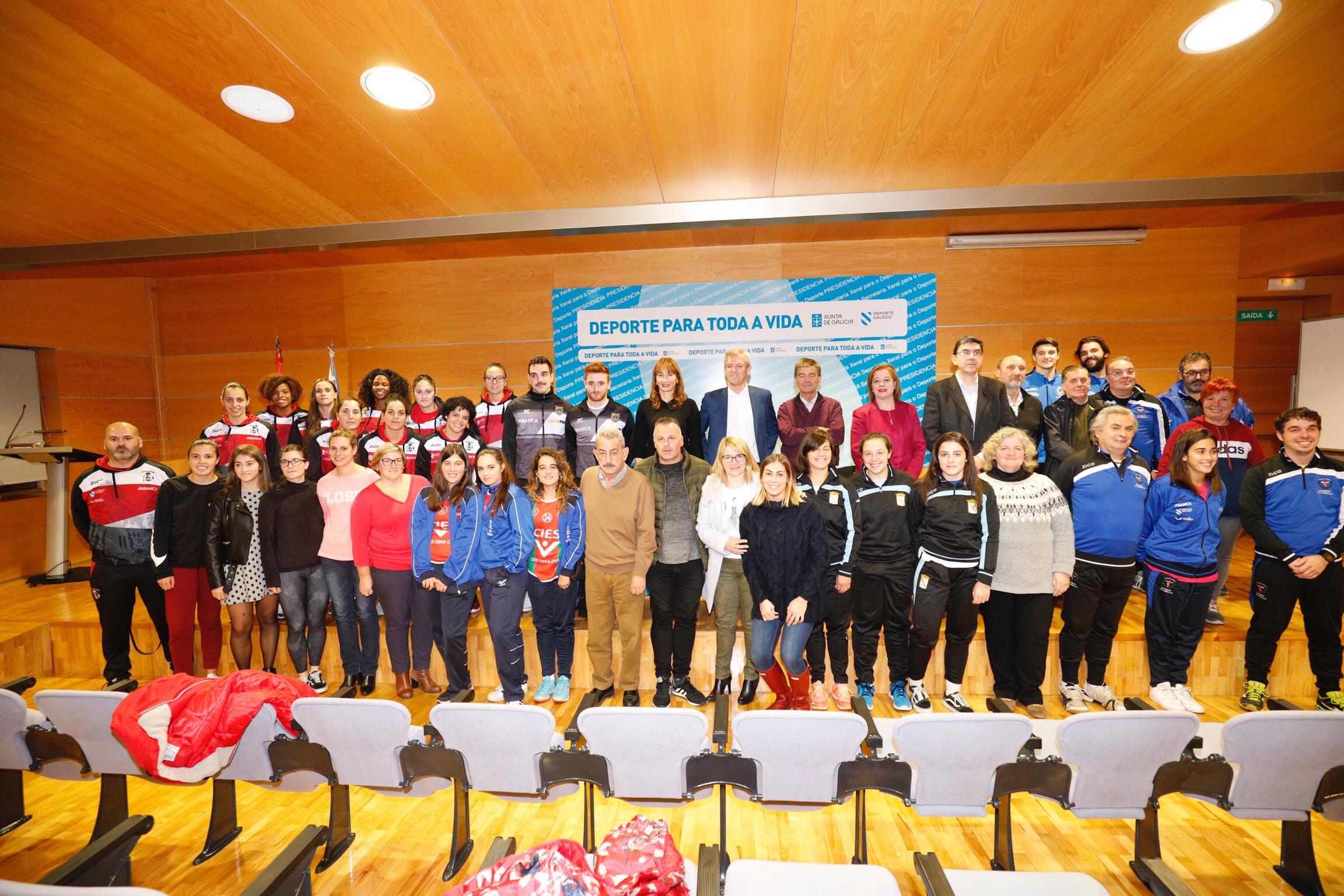 Marta Míguez na sinatura do convenio de colaboración coa Federación Galega de Balonmán