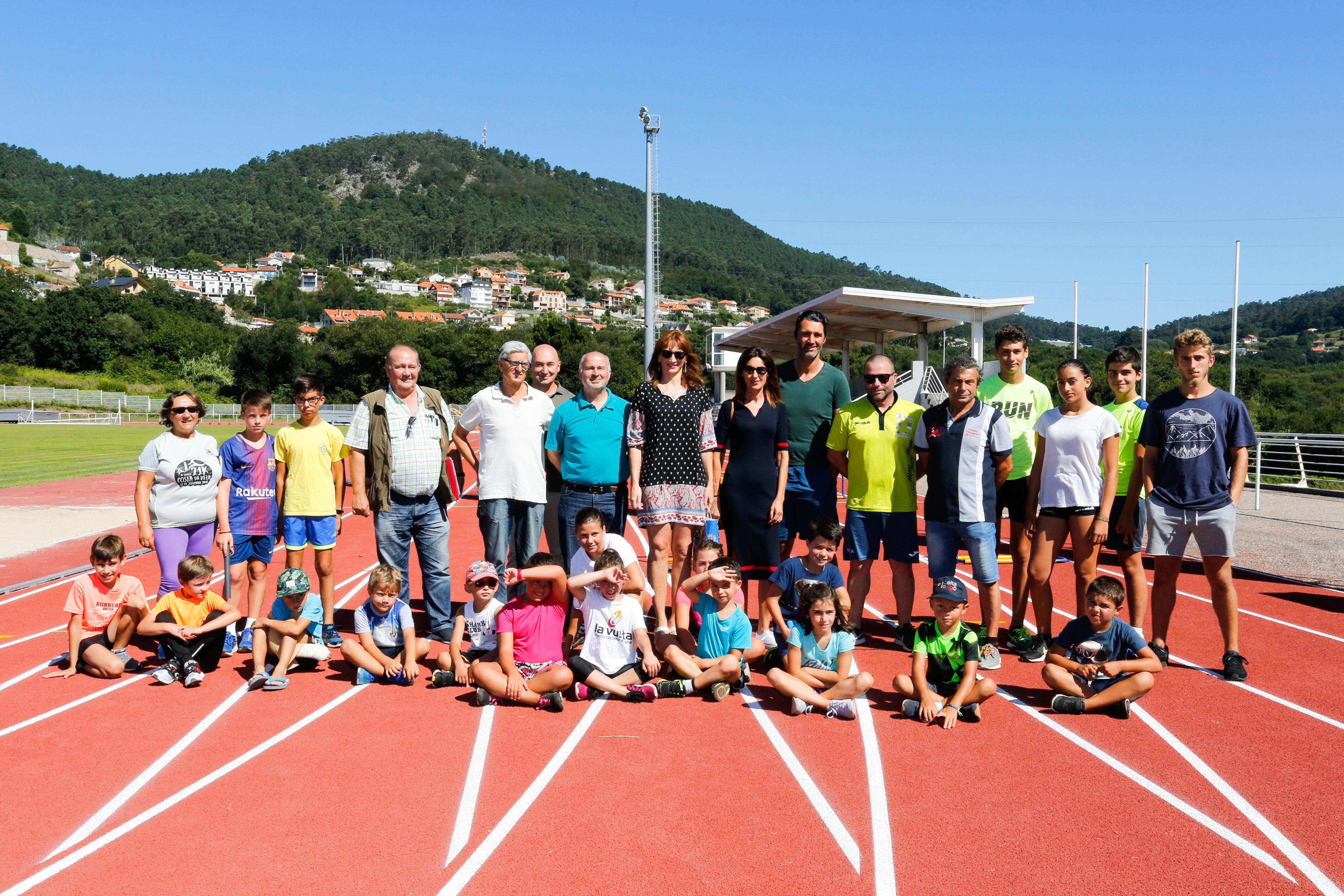 Visita da secretaria xeral ás pistas de atletismo de Cangas